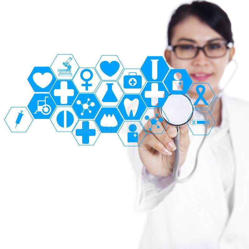 使用现代技术1的女性医生 免版税库存照片