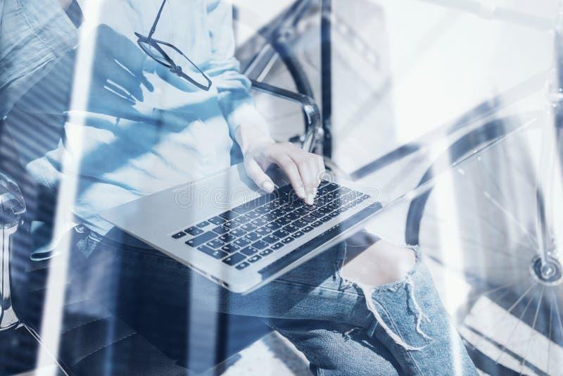 使用现代笔记本的特写镜头观点的少妇在coworking的办公室 概念商人与计算机一起使用 双 图库摄影