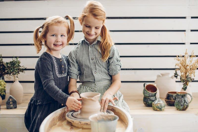 使用瓦器轮子的微笑的红发孩子 免版税库存照片