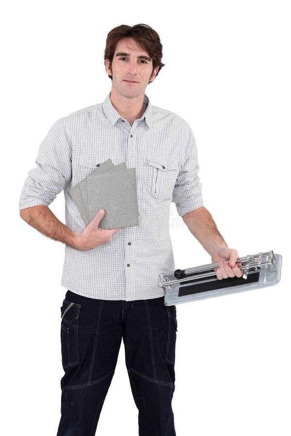 使用瓷砖刀的人 免版税库存照片
