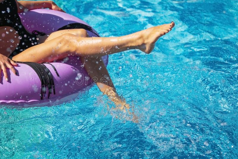 使用用在水池的水的女孩脚 库存图片