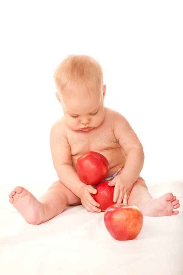 使用用红色苹果的婴孩 免版税库存图片