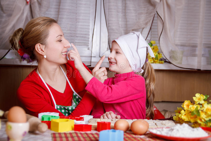 使用用面粉的母亲和女儿 免版税库存照片