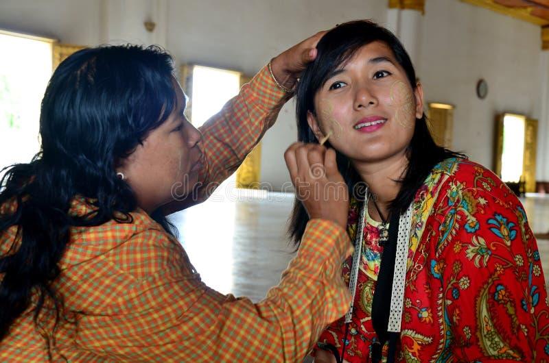 使用田中构成的缅甸妇女为旅客泰国妇女在Atumashi修道院 库存图片
