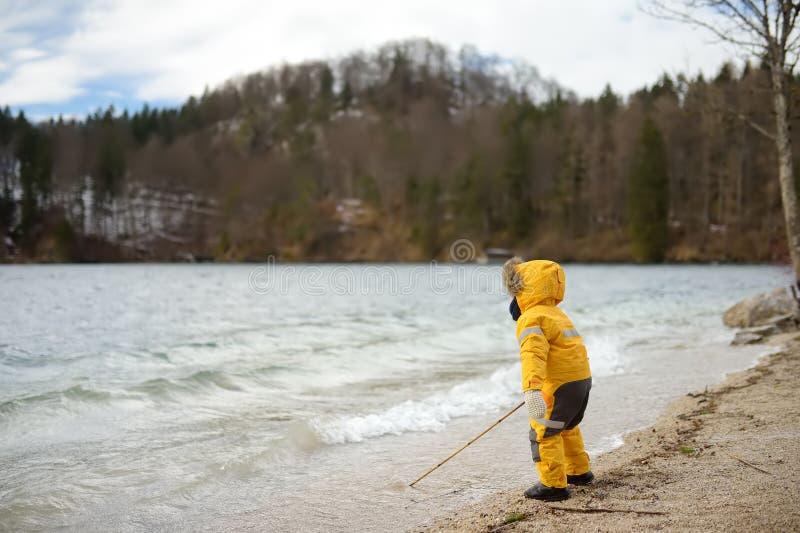 使用由Alpsee湖的小男孩,位于在Hohenschwangau和新天鹅堡城堡附近 巴伐利亚德国 免版税库存图片