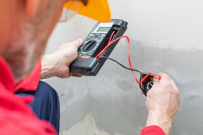 使用电压表的电工 免版税图库摄影