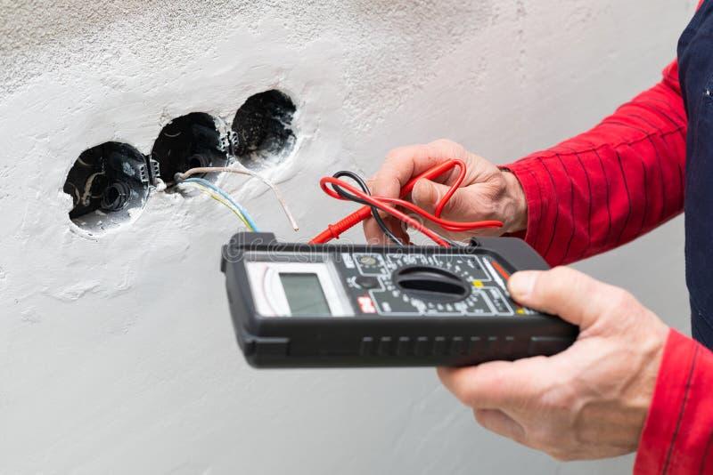 使用电压表的电工 库存照片