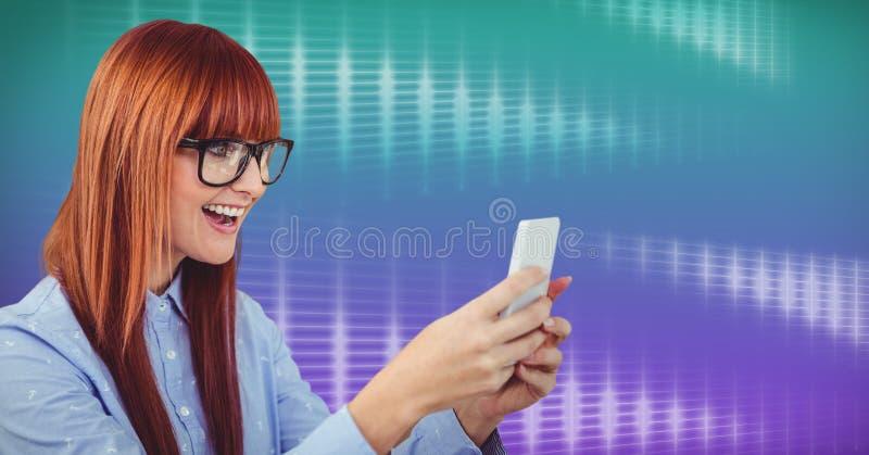使用电话有栅格背景的妇女 库存图片