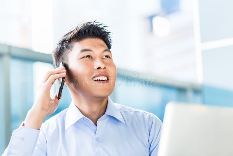 使用电话的中国商人 免版税图库摄影