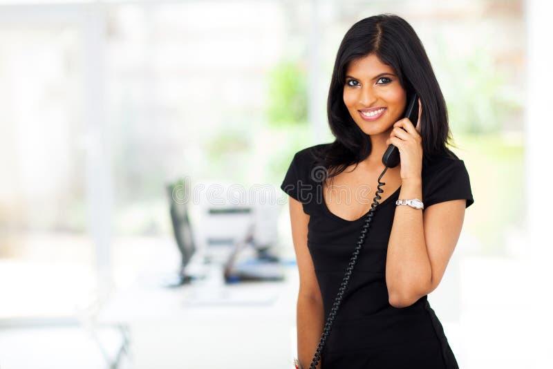 印第安女实业家电话 免版税库存照片