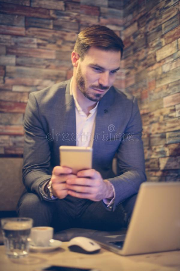 使用电话的商人在办公室 库存图片