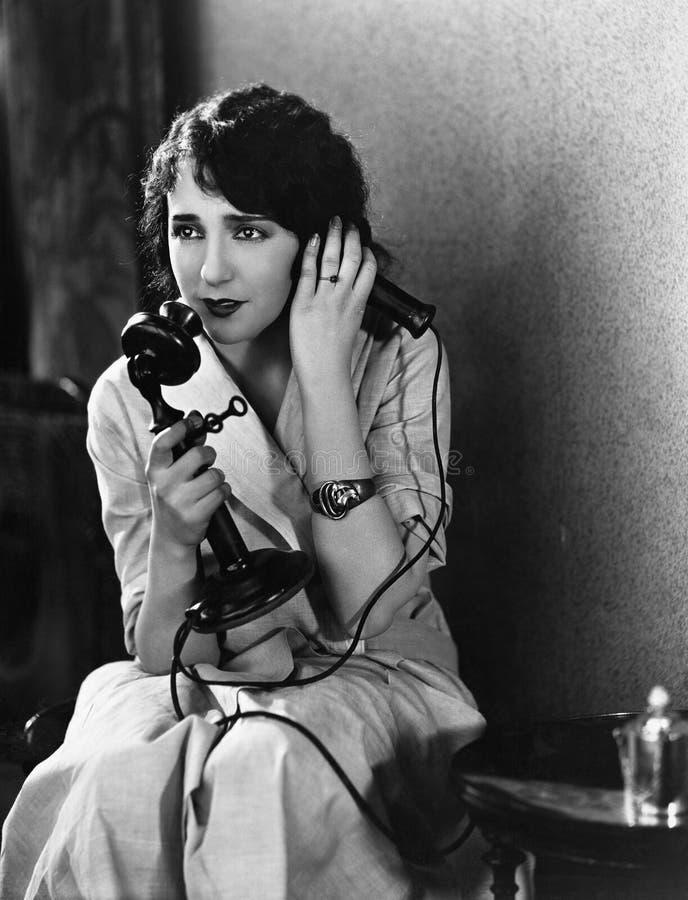 使用电话的困厄的妇女(所有人被描述不更长生存,并且庄园不存在 供应商保单那里 库存照片
