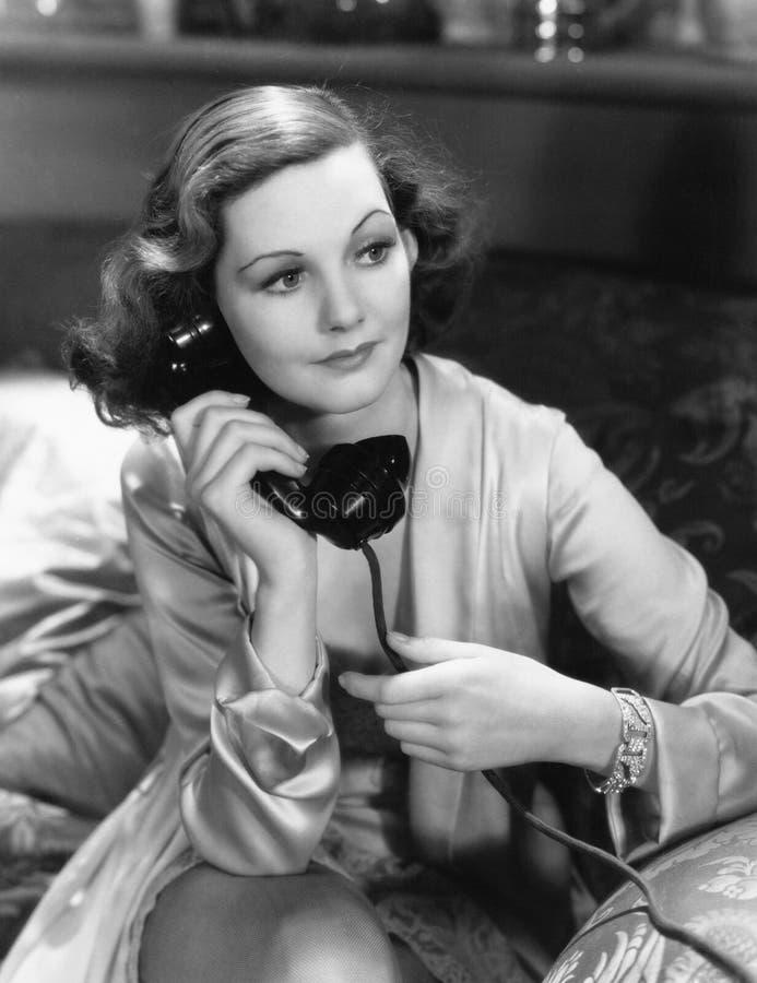 使用电话的妇女画象  免版税库存图片