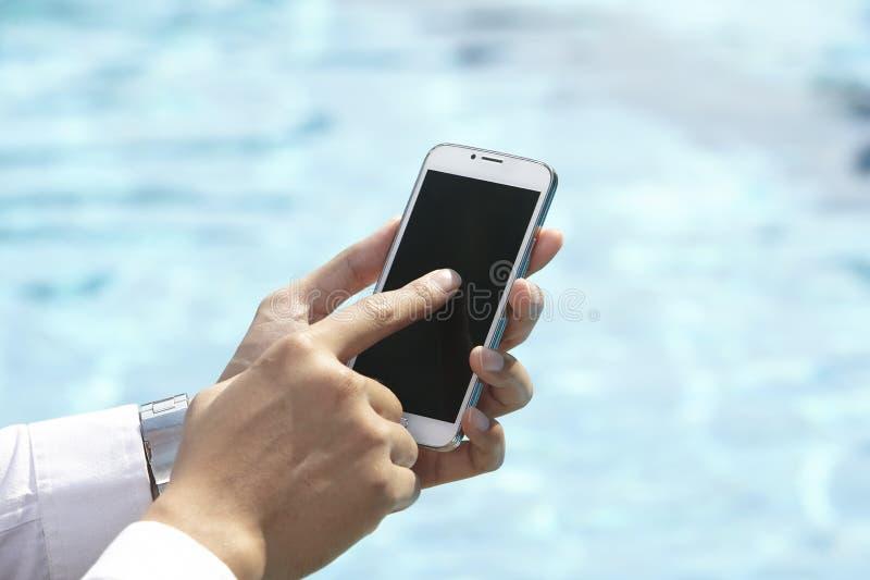 使用电话的无法认出的商人 免版税图库摄影