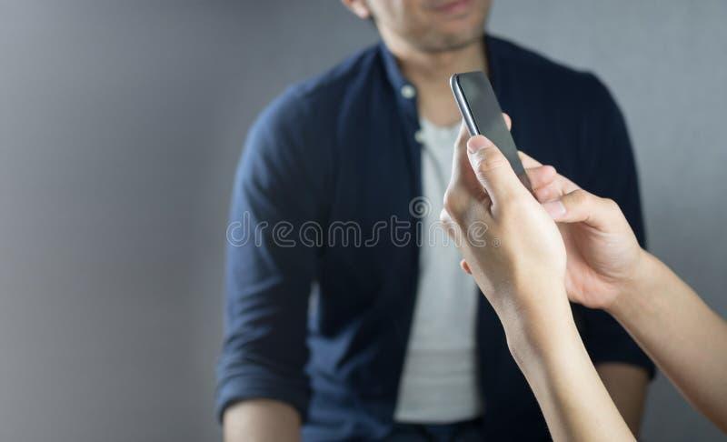 使用电话,当其他谈话时 库存照片