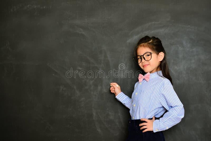 使用白垩的专业小女孩教授 图库摄影