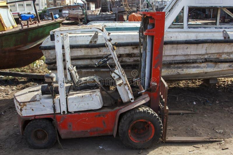 使用的叉架起货车在围场 库存照片