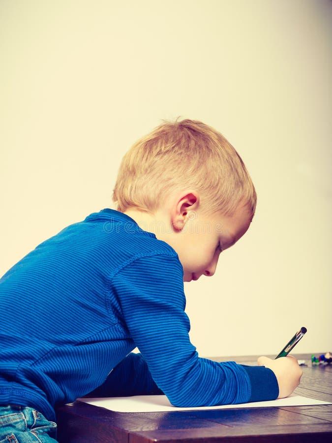 使用的孩子,在纸的画的图片 免版税库存图片