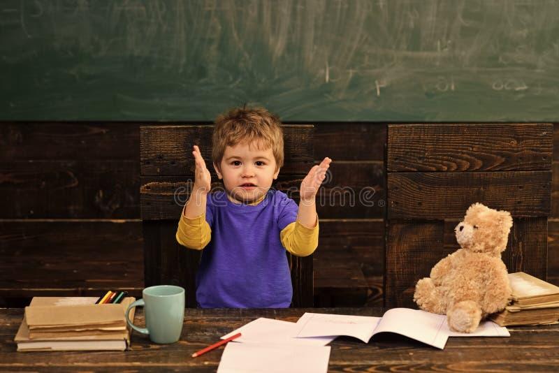 使用的孩子-愉快的比赛 激动的孩子拍的手 唱快乐的歌曲的滑稽的男孩 小孩子在幼儿园 库存图片