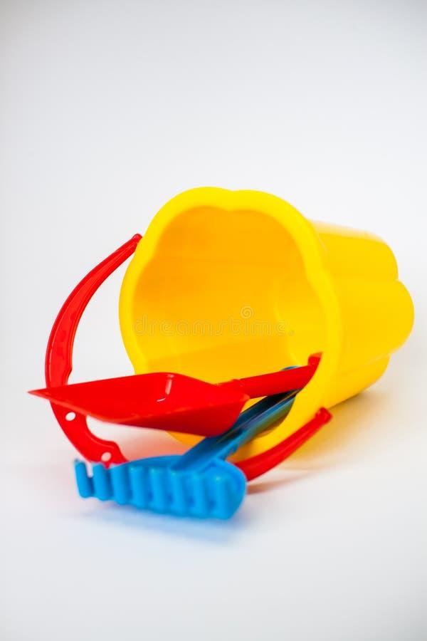 使用的明亮的儿童玩具在沙盒 免版税库存图片