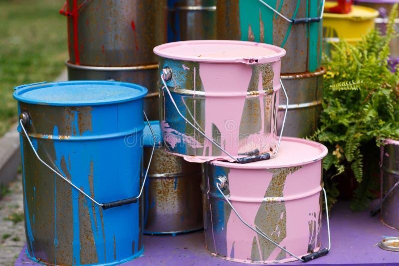 使用的油漆罐头 五颜六色的油漆桶 库存图片