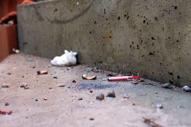 Download 使用的注射器投掷下来与烟头 水泥土地板 库存照片. 图片 包括有 场面, 孤独, 密林, 绝望, 香烟, 困厄 - 72361364