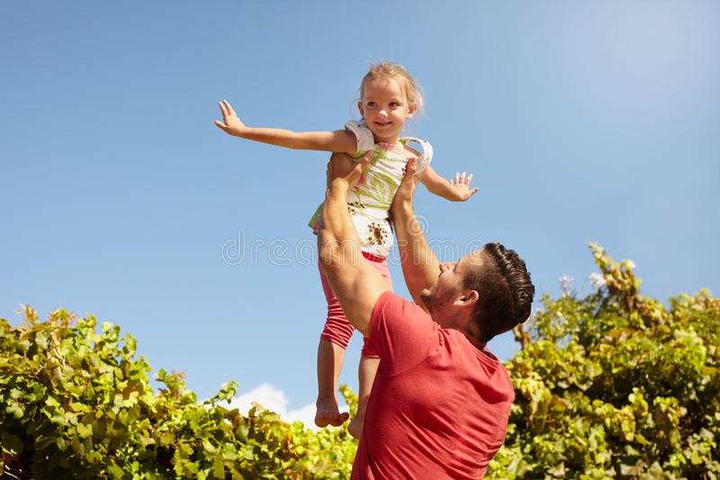 使用的父亲和的女儿户外 库存图片
