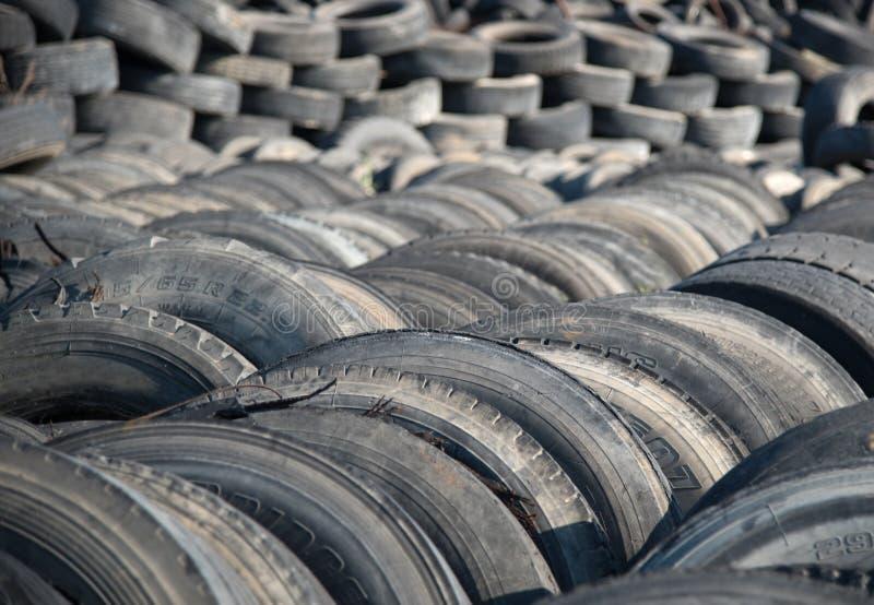 使用的轮胎在一个回收的庭院 库存图片