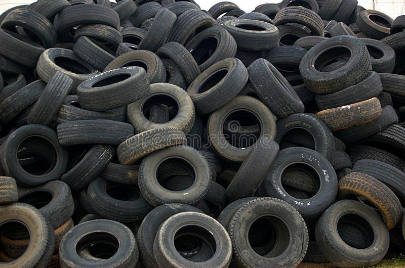 使用的autombile老堆轮胎 库存照片
