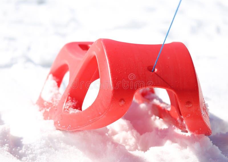 使用的Reb雪撬在山的雪在冬天 库存照片