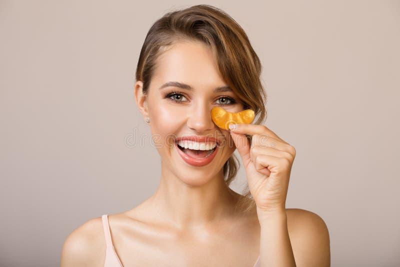 使用眼睛涂药器面具的妇女 免版税库存照片