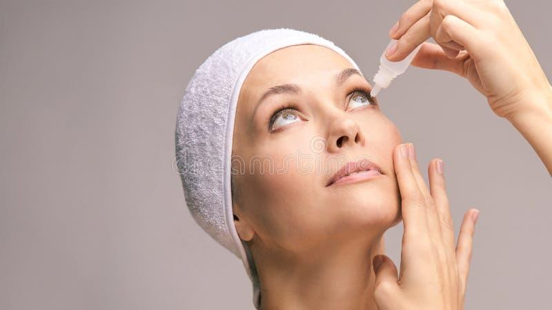 使用眼药水的妇女 医学治疗 Eyecare人的问题 Ophtalmology吸管 免版税库存照片