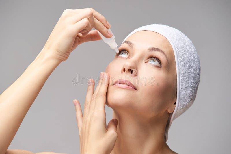 使用眼药水的妇女 医学治疗 Eyecare人的问题 Ophtalmology?? 免版税库存图片