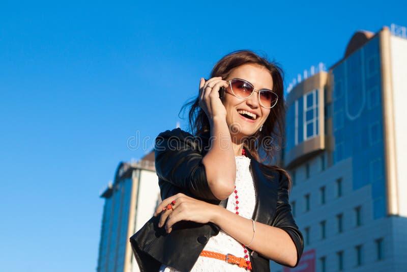 使用移动电话的可爱的女实业家 库存照片