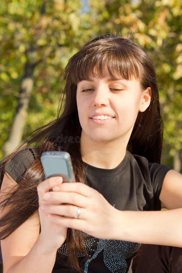 使用移动电话的妇女 库存照片