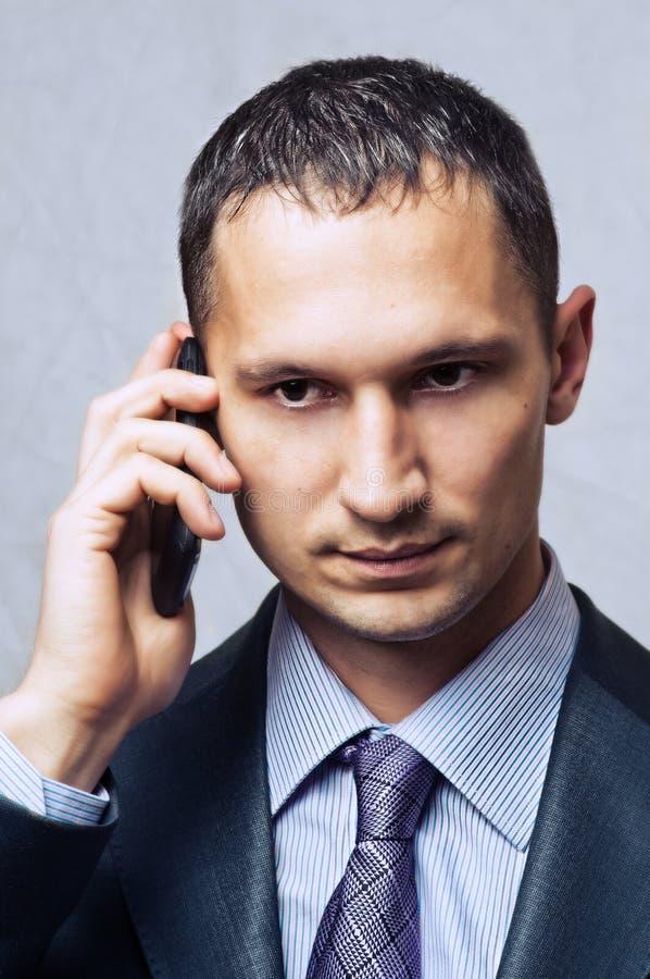 使用移动电话的新商人 免版税库存图片