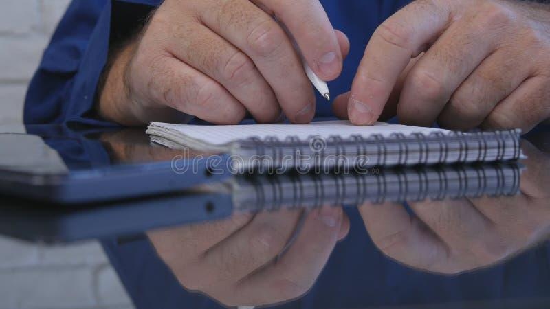 使用笔,商人工作在办公室屋子里采取在议程的笔记 免版税库存照片