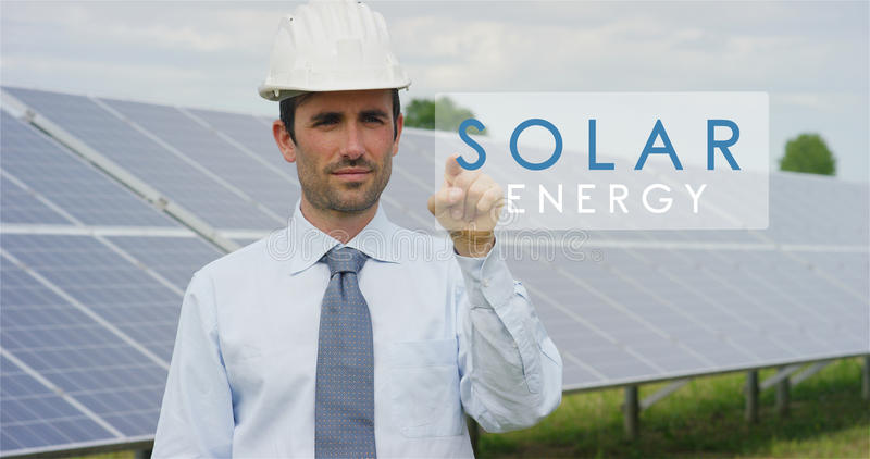 使用纯净的可再造能源,关于太阳光致电压的盘区的一位未来派技术专家,选择`太阳能`作用 布加勒斯特c e办公室 免版税库存图片