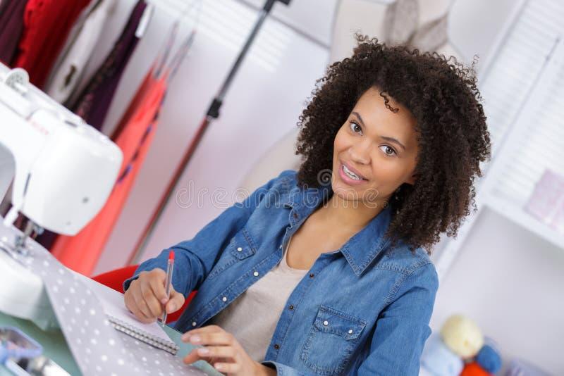 使用缝纫机的女式裁缝 免版税库存图片