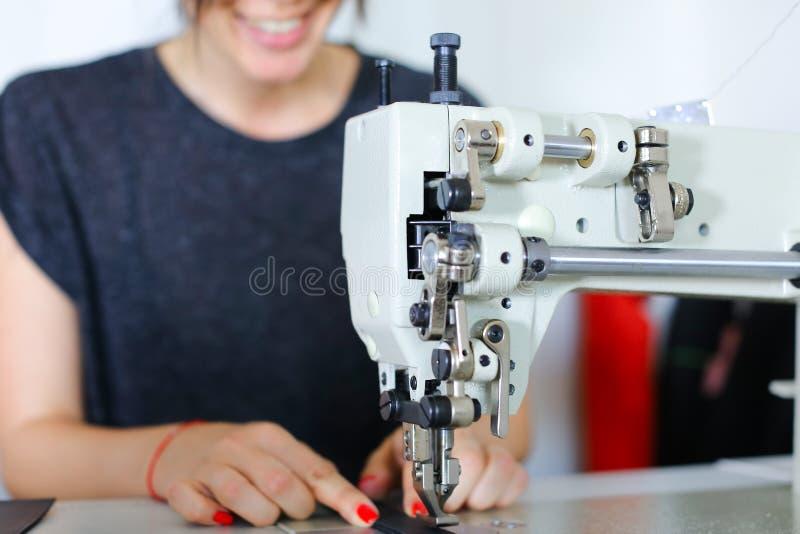 使用缝纫机的裁缝缝合的传送带 库存图片