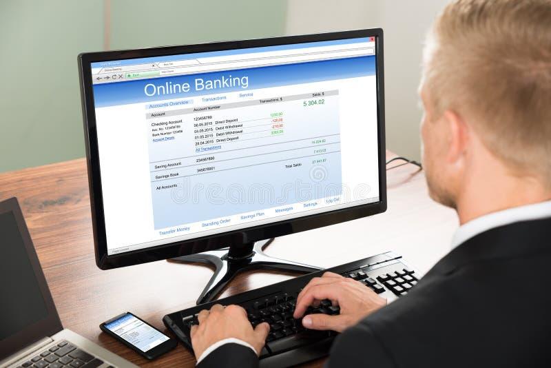 使用网路银行服务的商人 免版税库存照片