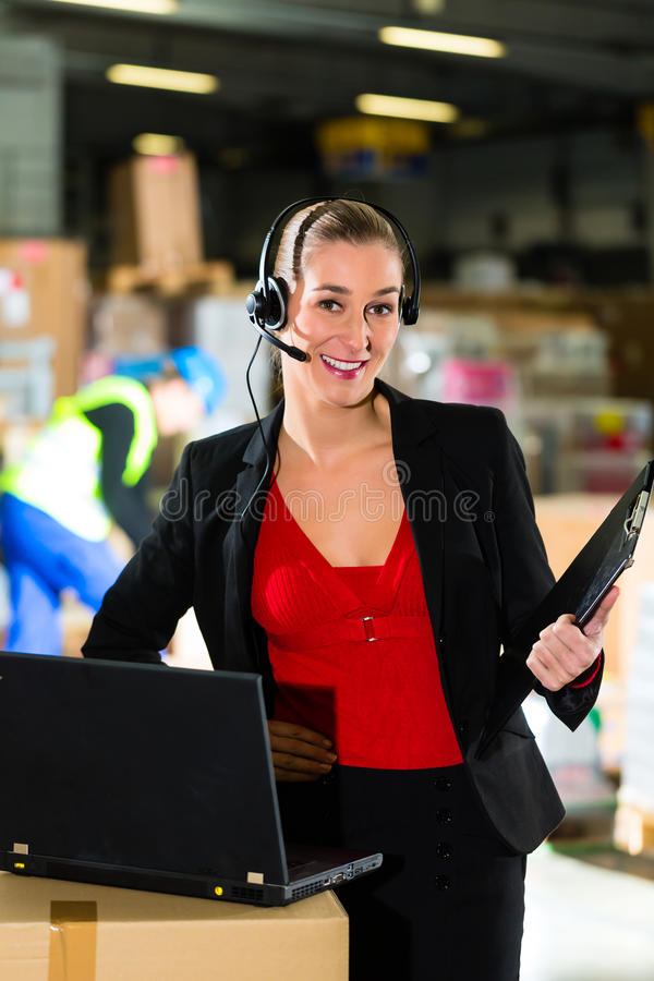 使用耳机的调度员在向前仓库  库存照片