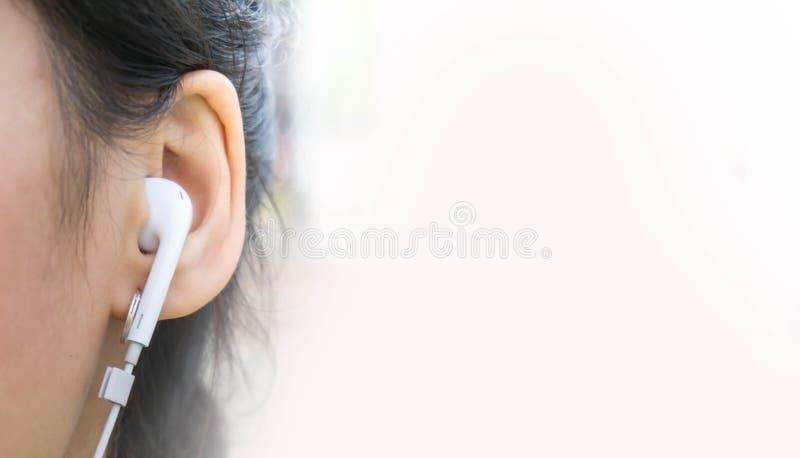 使用耳机,人们听到音乐 库存照片