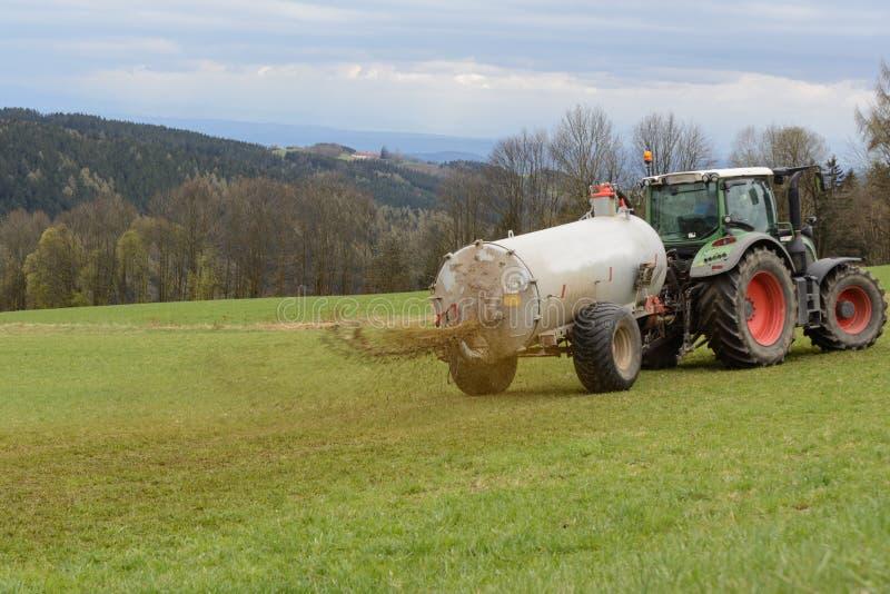 使用肥料施肥 库存照片