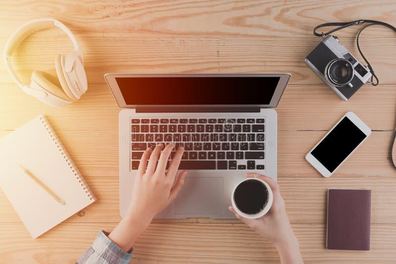 使用膝上型计算机和咖啡的女性手从顶视图的 Conce 免版税库存图片
