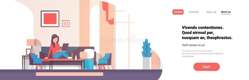 使用膝上型计算机客厅内部家庭现代公寓女性的妇女放松概念平的水平的横幅拷贝空间 皇族释放例证