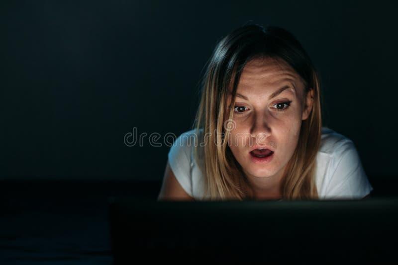 使用膝上型计算机惊奇的女孩 库存照片