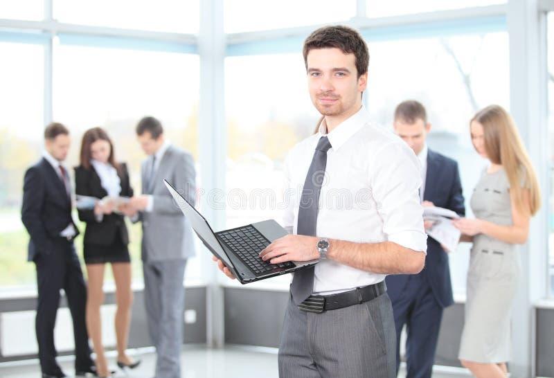 使用膝上型计算机的一个聪明的商人的纵向 免版税库存照片