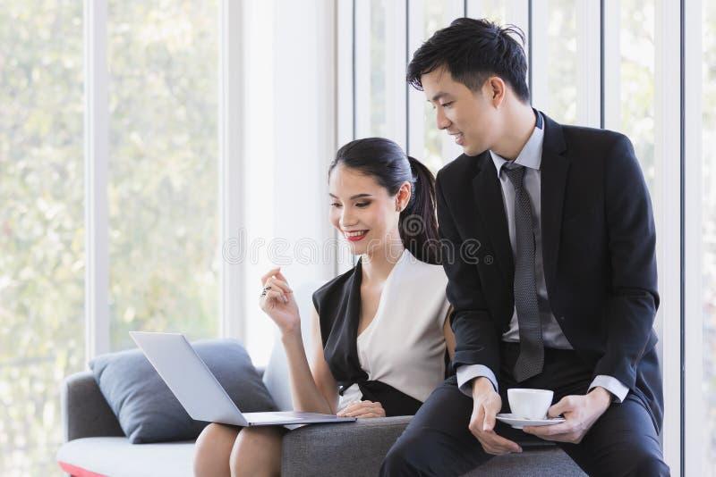 使用膝上型计算机的亚裔商人在办公室 库存照片