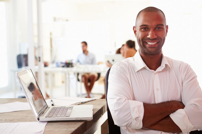 使用膝上型计算机的人在现代办公室开始事务 图库摄影